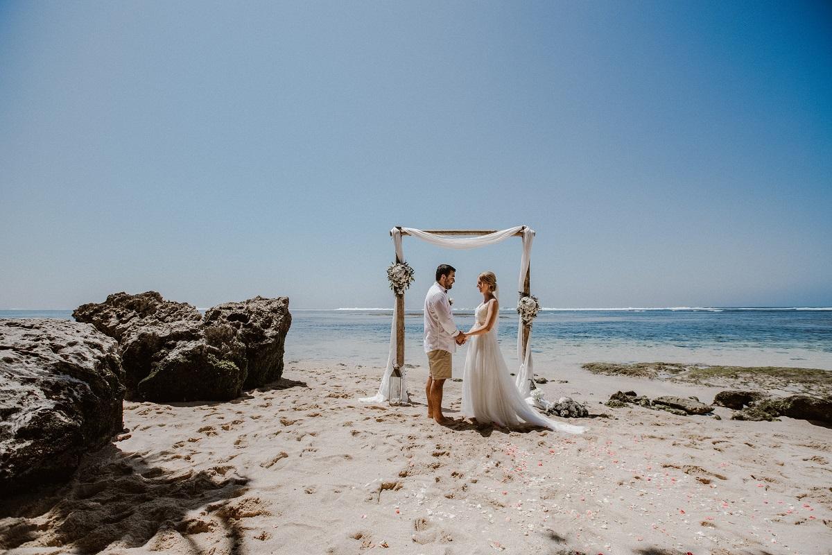 Brautpaar am Strand auf Bali